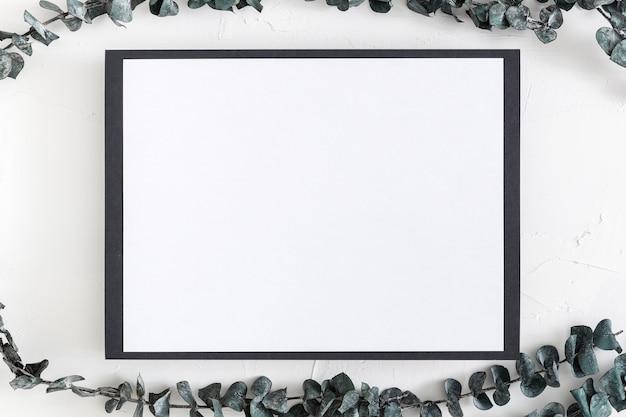 Widok z góry pustego menu z liśćmi