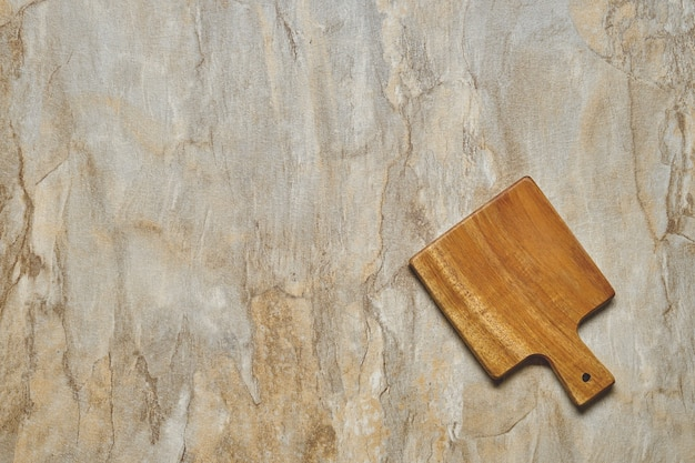 Widok z góry pustej deski porcji na podłoże drewniane