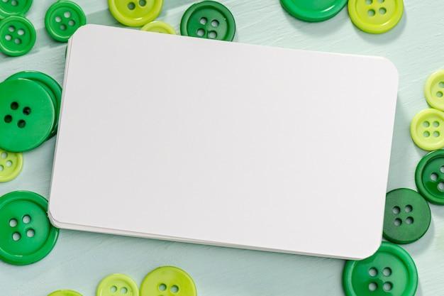 Widok z góry pustej karty z zielonymi guzikami