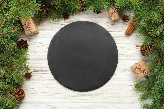 Widok z góry. pusty czarny łupku talerz na drewnie