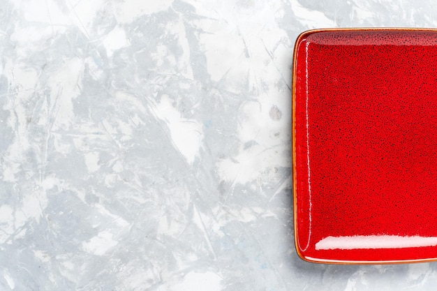 Widok z góry pusty kwadratowy talerz czerwony ed na białej powierzchni