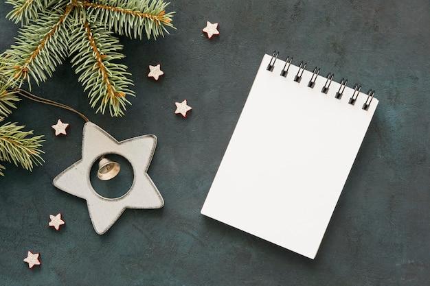 Widok z góry pusty notatnik i gwiazdy
