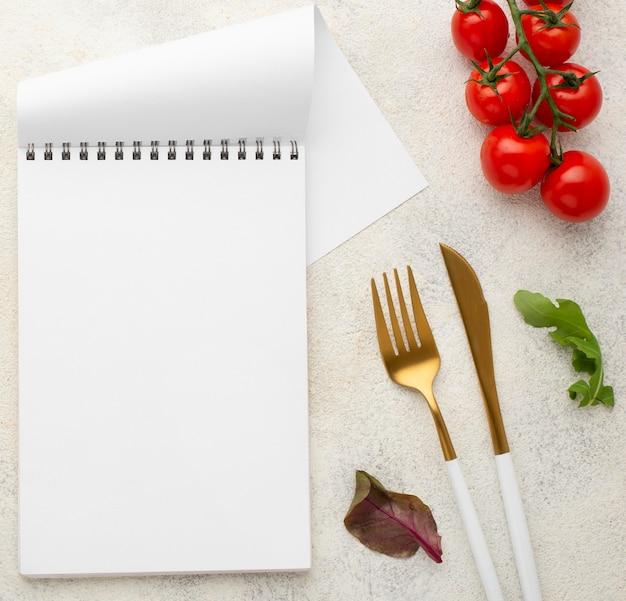 Widok z góry pusty notatnik z pomidorami