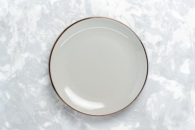 Widok z góry pusty okrągły talerz na białej powierzchni