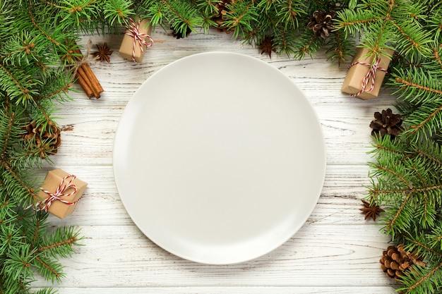 Widok z góry. pusty talerz okrągły ceramiczny na drewnie
