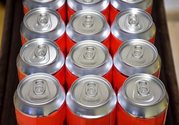 Widok z góry puszek aluminiowych, puszki po piwie zamknięte, wiele puszek aluminiowych po piwie