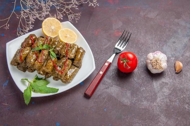 Widok z góry pyszna dolma liścia z plasterkami cytryny na ciemnym tle danie mięsne liść jedzenie obiad posiłek