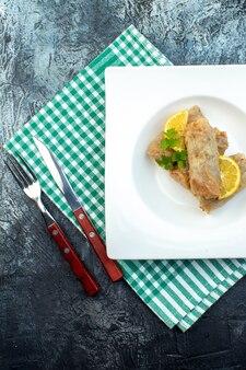 Widok z góry pyszna kapusta dolma z cytryną talerz na ciemnym tle kuchnia obiad posiłek jedzenie kaloria danie chleb