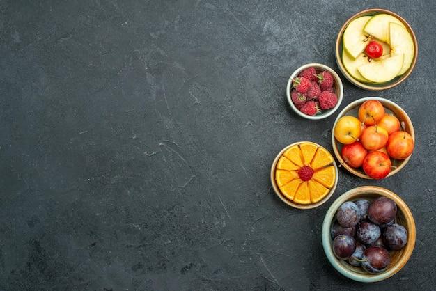 Widok z góry pyszna kompozycja owocowa świeże pokrojone i aksamitne owoce na ciemnym tle dojrzałe świeże owoce zdrowej diety łagodne
