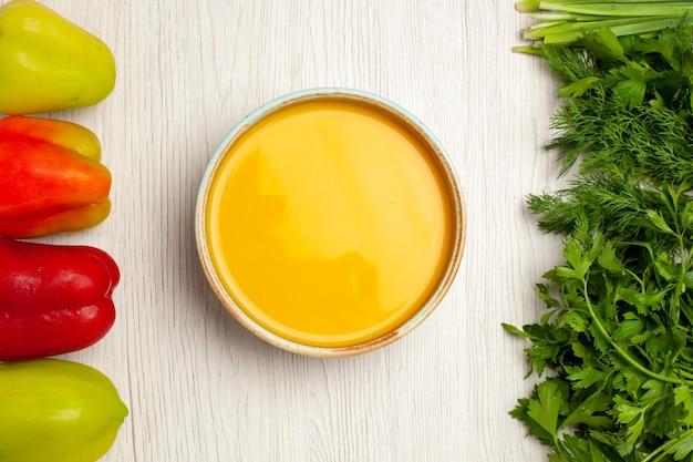 Widok z góry pyszna kremowa zupa z zieleniną i papryką na białym biurku zupa sos kremowy posiłek obiadowy