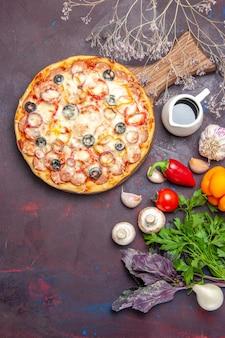 Widok z góry pyszna pizza grzybowa z oliwkami serowymi i przyprawami na ciemnej powierzchni ciasta mąka do pizzy włoskie jedzenie