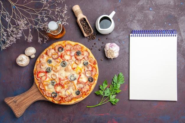 Widok z góry pyszna pizza grzybowa z serem i oliwkami na ciemnej powierzchni posiłek jedzenie ciasto przekąska pizza włoska