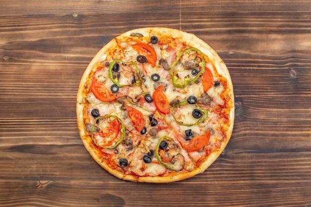 Widok z góry pyszna pizza z serem na brązowej powierzchni drewnianej