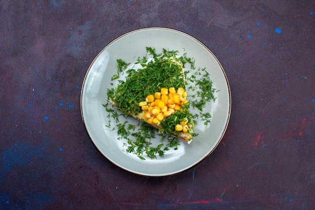 Widok z góry pyszna sałatka z kukurydzy majonezowej i kurczaka wewnątrz talerza na ciemnym biurku.