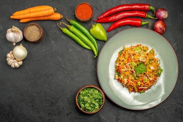 Widok z góry pyszna sałatka ze świeżymi warzywami na szarym stole jedzenie dieta sałatka zdrowie