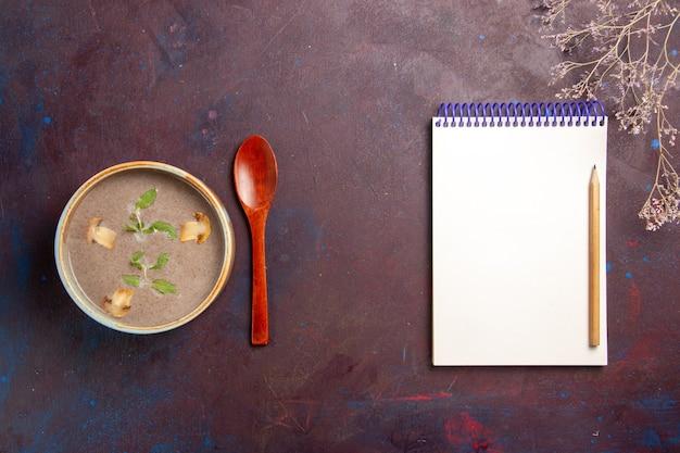 Widok z góry pyszna zupa grzybowa wewnątrz talerza w ciemnej przestrzeni