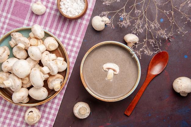 Widok z góry pyszna zupa grzybowa ze świeżymi grzybami na ciemnej przestrzeni
