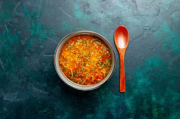 Widok z góry pyszna zupa jarzynowa wewnątrz płyty na zielonym tle żywność składniki warzywa zupa produkt posiłek