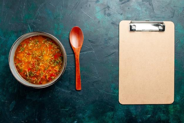 Widok z góry pyszna zupa jarzynowa wewnątrz talerza na zielonej powierzchni jedzenie warzywa składniki zupa produkt posiłek
