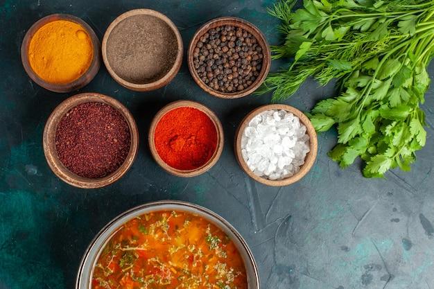 Widok z góry pyszna zupa jarzynowa z różnymi przyprawami na szarej powierzchni posiłek składnik zupa jarzynowa produkt