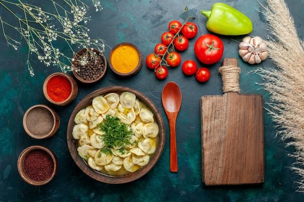 Widok z góry pyszna zupa kluskowa z różnymi przyprawami na ciemnozielonej powierzchni zupa mięsna ciasto warzywne