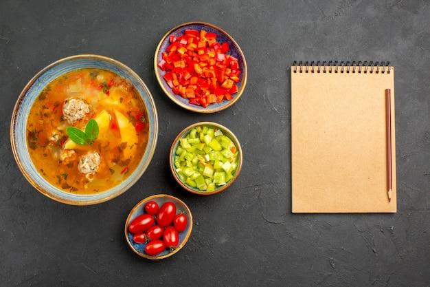 Widok z góry pyszna zupa mięsna z pokrojoną papryką na ciemnym stole danie zdjęcie posiłek jedzenie