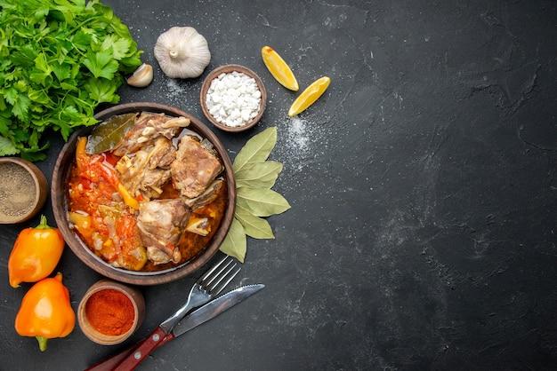Widok z góry pyszna zupa mięsna z warzywami na ciemnym mięsie kolor szary sos posiłek gorące jedzenie ziemniaczane danie obiadowe