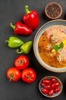 Widok z góry pyszna zupa mięsna ze świeżymi warzywami na ciemnym stole danie zdjęcie żywności