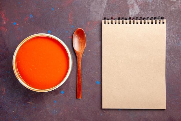 Widok z góry pyszna zupa pomidorowa gotowana ze świeżych pomidorów na ciemnym tle danie sos posiłek zupa pomidorowa