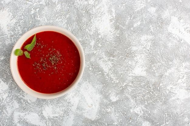 Widok z góry pyszna zupa pomidorowa na szarym stole, zupa posiłek obiad warzywny