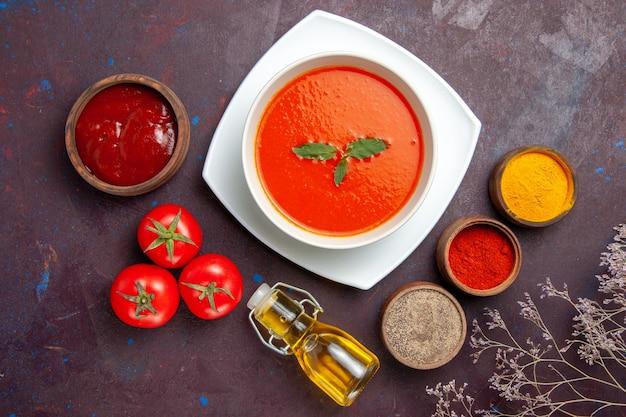 Widok z góry pyszna zupa pomidorowa z przyprawami na ciemnym tle danie sos pomidorowa zupa kolorowa