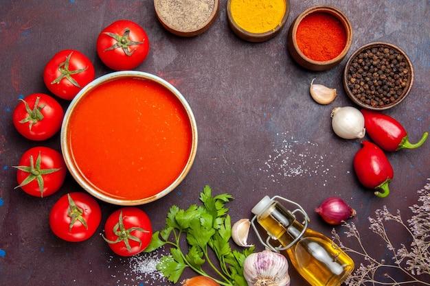 Widok z góry pyszna zupa pomidorowa ze świeżymi pomidorami i przyprawami na ciemnym tle pomidory danie obiad zupa sos posiłek