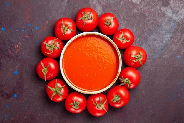 Widok z góry pyszna zupa pomidorowa ze świeżymi pomidorami na ciemnym tle danie z pomidorów obiad zupa sos posiłek