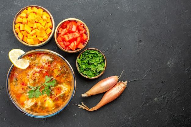 Widok z góry pyszna zupa z zieleniną i warzywami na szarej przestrzeni