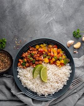 Widok z góry pyszne brazylijskie jedzenie z ryżem