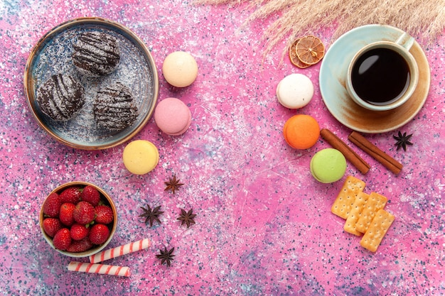 Widok z góry pyszne ciasta czekoladowe z francuskimi makaronikami na różowo