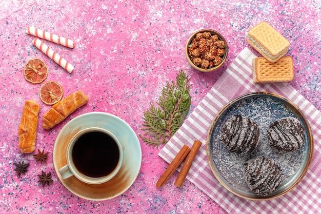 Widok z góry pyszne ciasta czekoladowe z herbatą na różowo