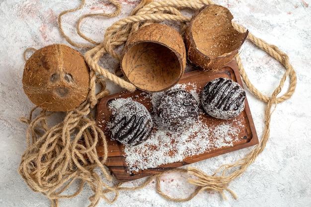 Widok z góry pyszne ciasta czekoladowe z kokosem na białej powierzchni