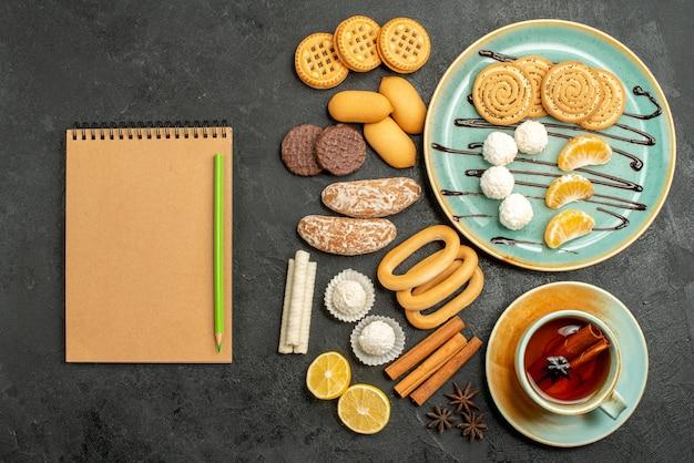 Widok z góry pyszne ciasteczka z cukierkami i ciastkami na szarym tle