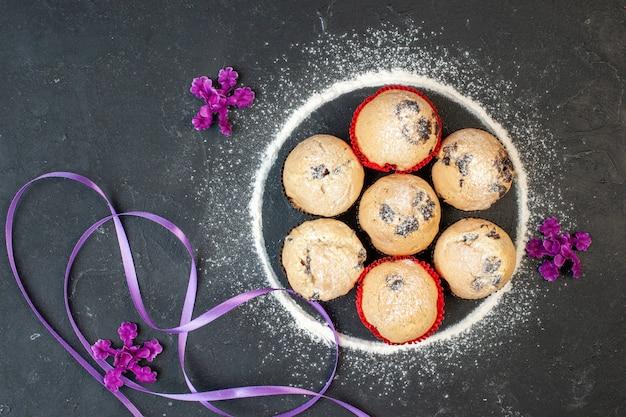 Widok z góry pyszne ciasteczka z czekoladą na ciemnym tle