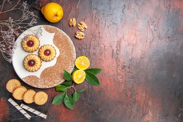 Widok z góry pyszne ciasteczka z owocami na ciemnym stole ciasto cukrowe słodkie herbatniki