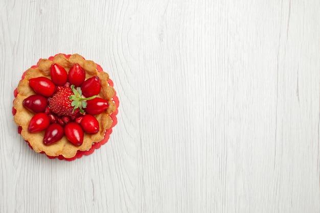 Widok z góry pyszne ciasteczka z owocami na jasnobiałym biurku