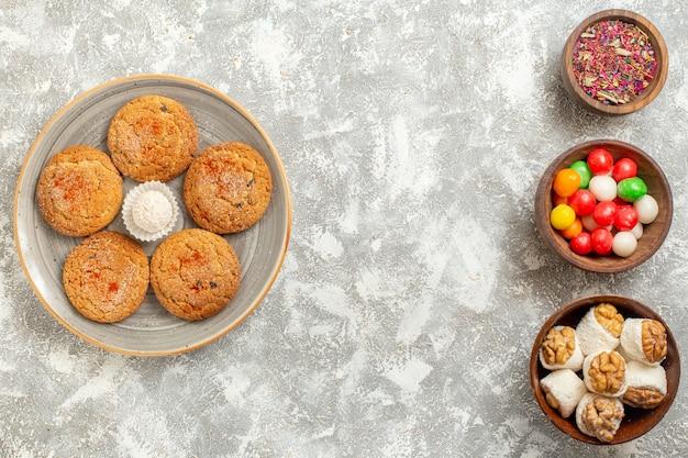 Widok z góry pyszne ciasteczka z piasku z cukierkami na białym tle