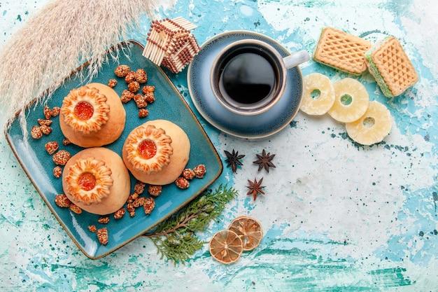 Widok z góry pyszne ciasteczka z suszonymi krążkami ananasa wafle i kawa na niebieskiej powierzchni ciasteczka biszkoptowe o słodkim kolorze cukru