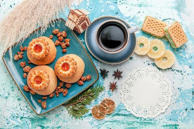 Widok z góry pyszne ciasteczka z suszonymi krążkami ananasa wafle i kawa na niebieskiej powierzchni ciasteczka biszkoptowe słodki cukier