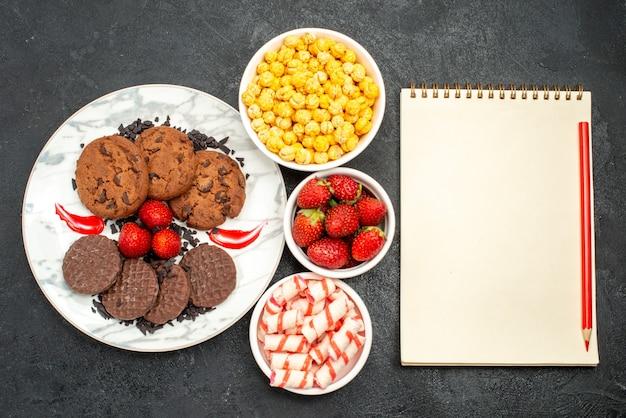 Widok z góry pyszne ciastka choco z cukierkami na ciemnym tle słodkie ciasteczka cukiernicze