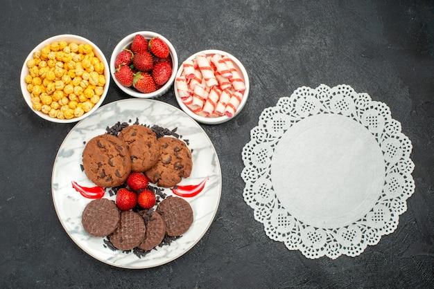 Widok z góry pyszne ciastka czekoladowe z cukierkami