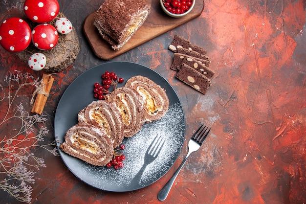 Widok z góry pyszne ciastka w rolkach na ciemnym biurku