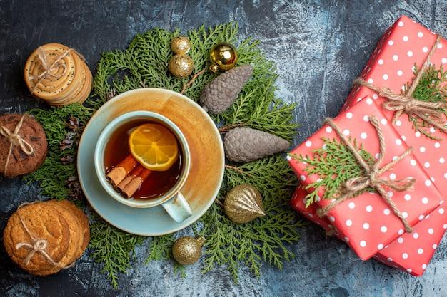 Widok z góry pyszne ciastka z filiżanką herbaty i prezentami
