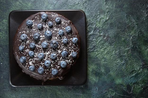 Widok z góry pyszne ciasto czekoladowe z jagodami na ciemno